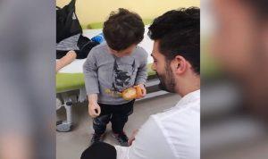 فيديو مؤثر لطفل يجرّب ذراعه الصناعية للمرة الأولى