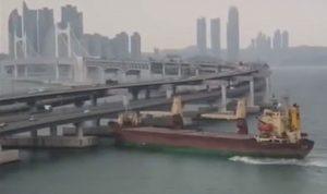 """بالفيديو: قبطان """"مجنون"""" يتعرض لحادث في كوريا"""