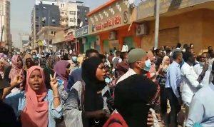 نساء يقدنَ تظاهرات ضد حكم البشير في السودان