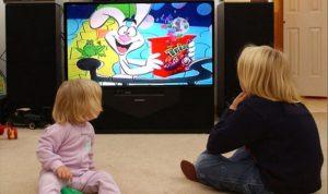 هل من علاقة بين مشاهدة التلفاز وتأخر اللغة عند الأطفال؟