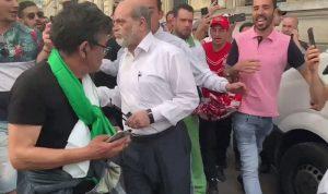 بالفيديو: متظاهرون يضربون وزيراً جزائرياً