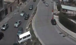 فان ينزلق على تقاطع برج المر ويستقر على الطريق المقابل (بالفيديو)