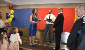 تزوجا في المطار… والسبب ؟