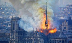 بالصور- صليب كاتدرائية نوتردام يصمد وسط النيران