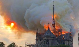 بالفيديو والصور- انهيار سقف كاتدرائية نوتردام بالكامل