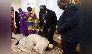 البابا فرنسيس يقبّل الأقدام لينقذ الأرواح (إستال خليل)