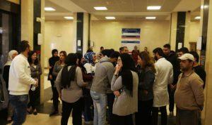 موظفو مستشفى صيدا الحكومي يحتجون على تأخير رواتبهم