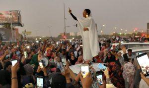 آلاف المتظاهرين في الخرطوم… ومحاولات لفض الاعتصام بالقوة!