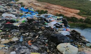 مجهولون يحرقون النفايات في الضنية…  وانبعاث الروائح الكريهة