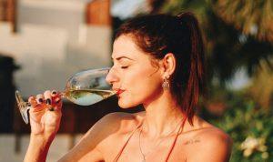 ماذا يحصل عند احتساء الكحول في الطقس الحار؟