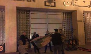 بالصور: العسكريون المتقاعدون يعتصمون أمام مصرف لبنان
