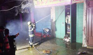 إخماد حريق في محل في مخيم البداوي