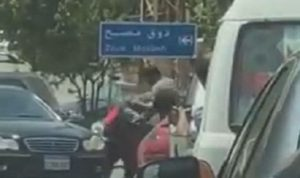في عينطورة.. تضارب وسط الطريق! (بالفيديو)