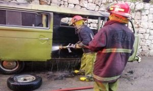 اخماد حريق داخل فان على طريق عام حارة صخر
