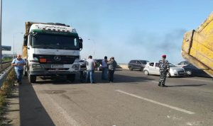 اعتصام لأصحاب الشاحنات على اوتوستراد الناعمة