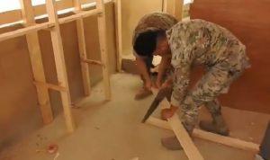 بالفيديو: الجيش يساعد نازحين على ترتيب خيمهم تماشيًا مع القانون