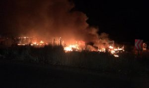 حريق في مخيم اللاجئين في دير الاحمر (فيديو)