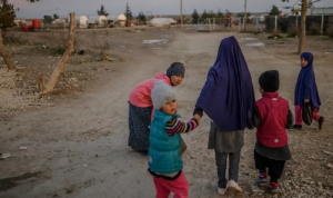 800 امرأة وطفل خارج مخيم الهول في سوريا الاثنين