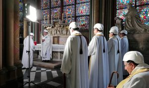 أول قداس في كاتدرائية نوتردام… بالخوذ