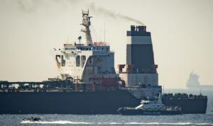توقيف اثنين من أفراد طاقم ناقلة النفط الإيرانية المحتجزة