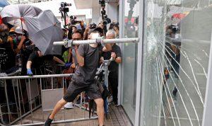 متظاهرون يحاولون اقتحام البرلمان في هونغ كونغ