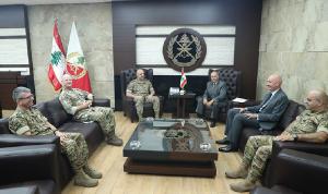 قائد الجيش عرض مع وفد برنامج المساعدات البريطانية