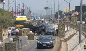 شاحنة عسكرية تجتاح حواجز اسمنتية عند جسر المدفون