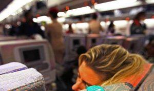 بالفيديو- ضربت زوجها لأنه ينظر إلى النساء في الطائرة!