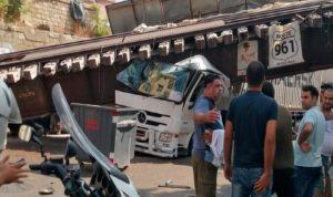 سقوط جسر الحديد في مار مخايل بعدما اجتاحته شاحنة (صور وفيديو)