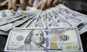 الدولار يحافظ على ارتفاعه