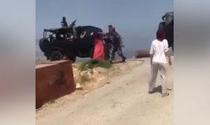 عنصر في قوى الأمن يعتدي بالضرب على سيدة في الفوار (فيديو)