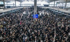 إعادة فتح مطار هونغ كونغ وإلغاء أكثر من 200 رحلة