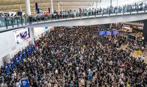 بالصور: التظاهرات تجتاح مطار هونغ كونغ.. وإلغاء جميع الرحلات