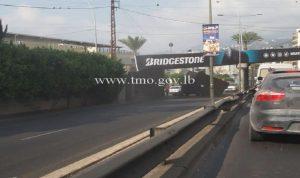 بالصور- اصطدام شاحنة بجسر في جونيه