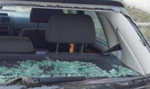 ضرب شاب وكسر زجاج سيارته بسبب خلاف على أفضلية المرور