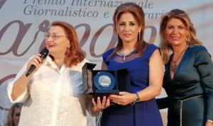 """مديرة """"الوطنية"""" تسلمت جائزة الادب والصحافة الدولية في ايطاليا"""