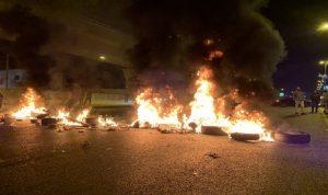 المتظاهرون يقفلون أوتوستراد جل الديب بالاتجاهين (صور وفيديو)