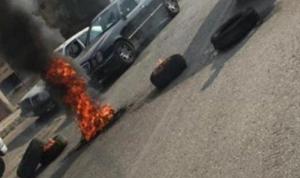 في عين الرمانة… محتجون قطعوا الطريق بأجسادهم