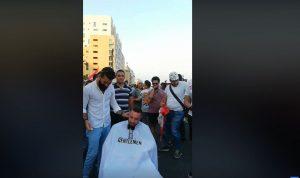 """""""حلاق الثورة"""" في ساحة الشهداء (بالفيديو)"""