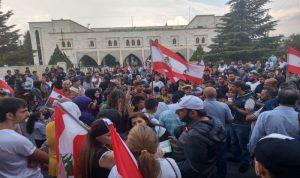 في الهرمل.. اعتصام حاشد أمام السراي وقطع الطريق