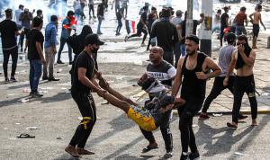 """بالصور: تظاهرات ضد الفساد في بغداد.. والشرطة """"تواجه"""" بالرصاص!"""