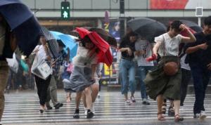 إعصار قوي يضرب طوكيو… ضحايا ومفقودون وأضرار (بالفيديو والصور)