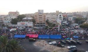 اقفال اوتوستراد جبيل.. وعدد المتظاهرين يزداد