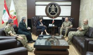 قائد الجيش عرض وسفيرة كندا العلاقات العسكرية