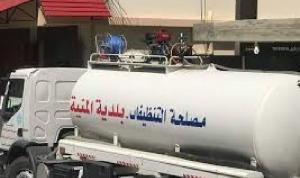 رش مبيدات على النفايات في شوارع المنية