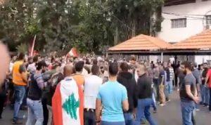اعتداء بالعصي والضرب على المتظاهرين في النبطية (فيديو)