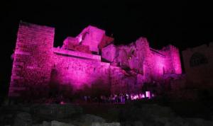 بالصورة: قلعة جبيل باللون الزهري للتوعية من سرطان الثدي
