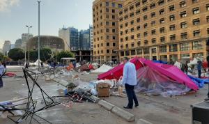 """عناصر """"الحزب"""" و""""أمل"""" يهاجمون وسط بيروت: حرق للخيم واعتداء للمتظاهرين (فيديو)"""