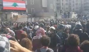"""مناصرو """"أمل"""" و""""الحزب"""" يعتدون على المتظاهرين عند جسر الرينغ"""