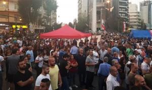 """استمرار الاعتصام في ساحة ساسين… """"لا ثقة!"""""""